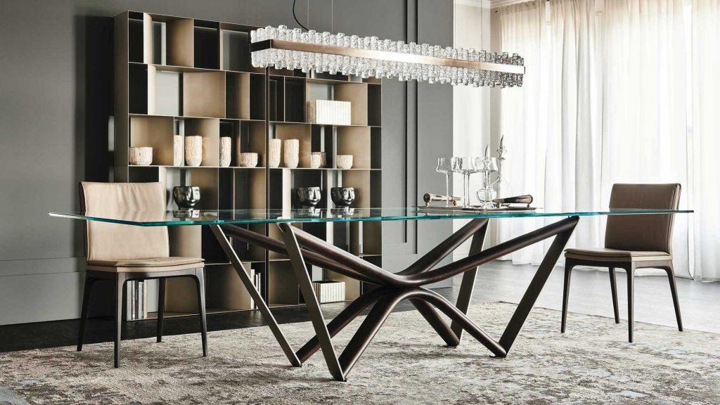 tavolo con sedie e libreria