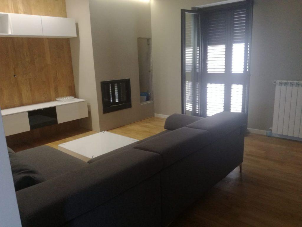 divano e parete attrezzata realizzata a reggiano da viteritti arredamenti