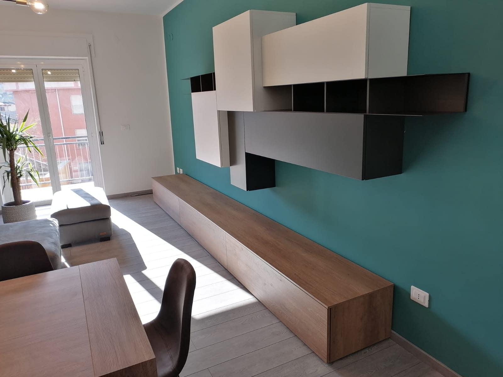 divano parete attrezzata tavolo e sedie